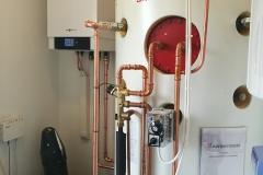 Viessmann Vitocal 200-S ilma-vesilämpöpumppu kytkettynä Akvaterm varaajaan. Aiemmin kiinteistö oli liitetty aluelämmitykseen.