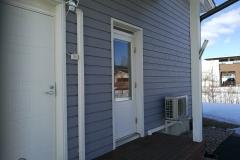 Tyylikästä asennusjälkeä. Kylmäaineputket kulkevat terassilaudoituksen alla oven alitse.